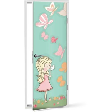 Κορίτσι παίζει με πεταλούδες