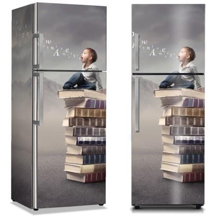 Παιδί κάθεται σε στοίβα από βιβλία