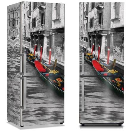 Γόνδολες στο γκρίζο κανάλι της Βενετίας