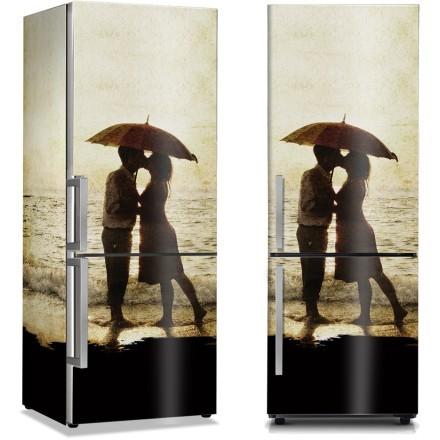 Φιλί ζευγαριού κάτω από την ομπρέλα