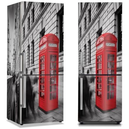 Κόκκινος τηλεφωνικός θάλαμος στο γκρίζο Λονδίνο