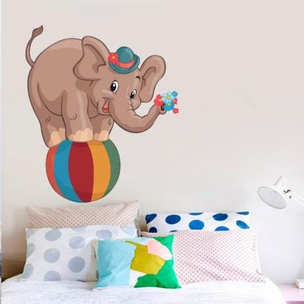 Ελεφαντάκι πάνω σε μπάλα