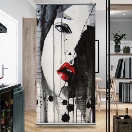 Γυναίκα με κόκκινα χείλη