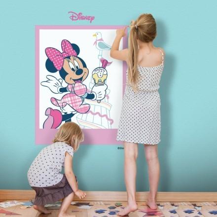 Minnie Mouse κρατάει ένα παγωτό