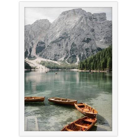 Στάσιμες ξύλινες βάρκες στην λίμνη