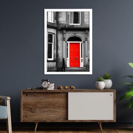 Κόκκινη πόρτα στο κτήριο