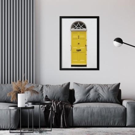 Κίτρινη πόρτα στον λευκό τοίχο