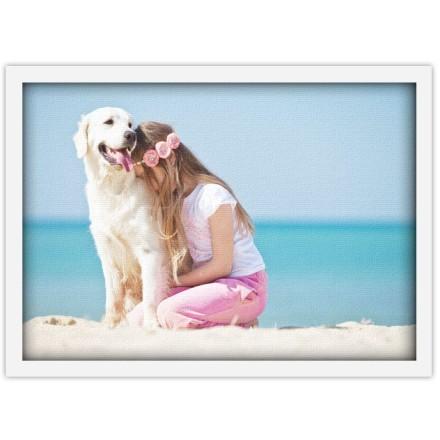 Κορίτσι που αγκαλιάζει σκύλο