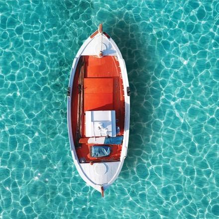 Αεροφωτογραφία παραδοσιακής βάρκας στην θάλασσα της Μυκόνου, Κυκλάδες.