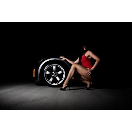 Αισθησιακή γυναίκα με σπορ αυτοκίνητο
