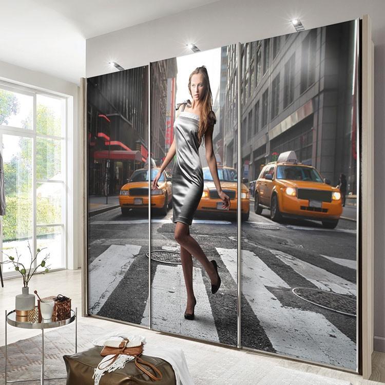 Αυτοκόλλητο Ντουλάπας Γυναίκα με αστικό φόντο