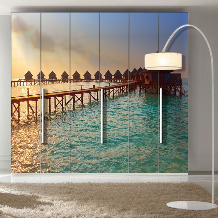 Αυτοκόλλητο Ντουλάπας Βίλες πάνω στη θάλασσα κατά το ηλιοβασίλεμα