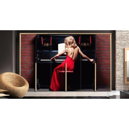 Όμορφη γυναίκα παίζει πιάνο