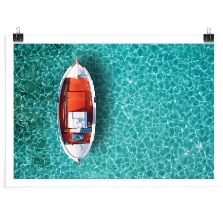Βάρκα στην καταγάλανη θάλασσα