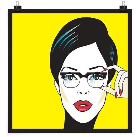 Γυναίκα σε κίτρινο φόντο
