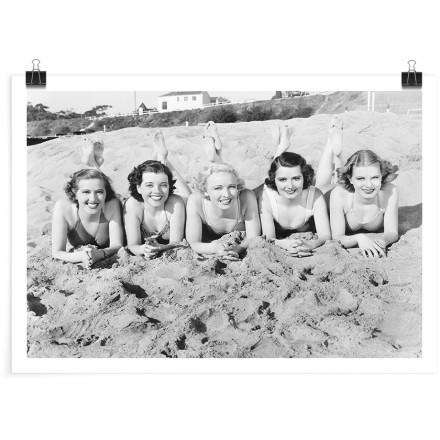 Κοπέλες ξαπλωμένες στην άμμο