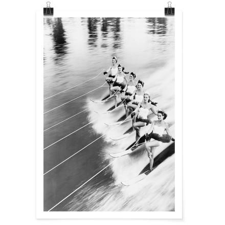 Κοπέλες διασχίζουν την θάλασσα
