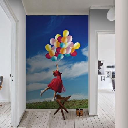 Κοριτσάκι κρατάει μπαλόνια