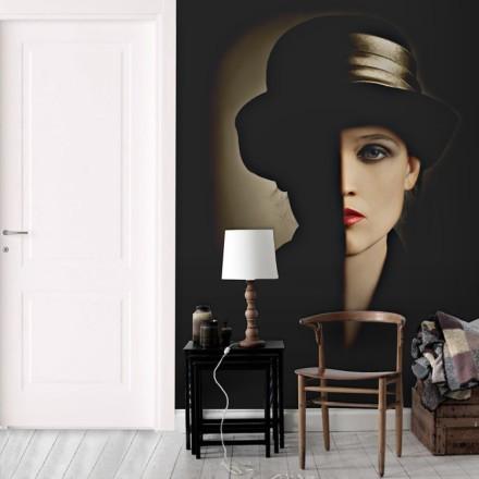 Καλλιτεχνικό πορτρέτο γυναίκας με μαύρο καπέλο