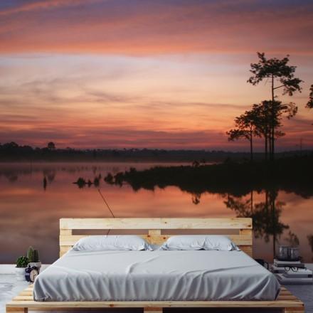 Πολύχρωμος ουρανός με θέα στη λίμνη