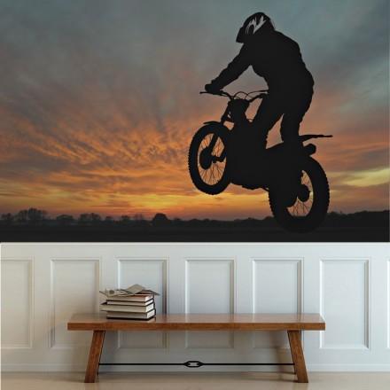 Μοτοσικλετιστής  το ηλιοβασίλεμα