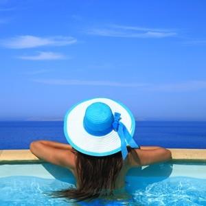 Γυναίκα με ψάθινο καπέλο