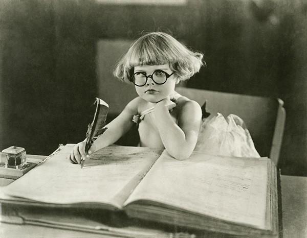Κοριτσάκι που διαβάζει