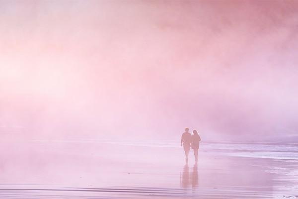 Ζευγάρι στον ροζ ουρανό