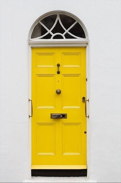 Κίτρινη πόρτα σε λευκό τοίχο