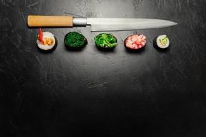 Sushi ροδέλες και μαχαίρι