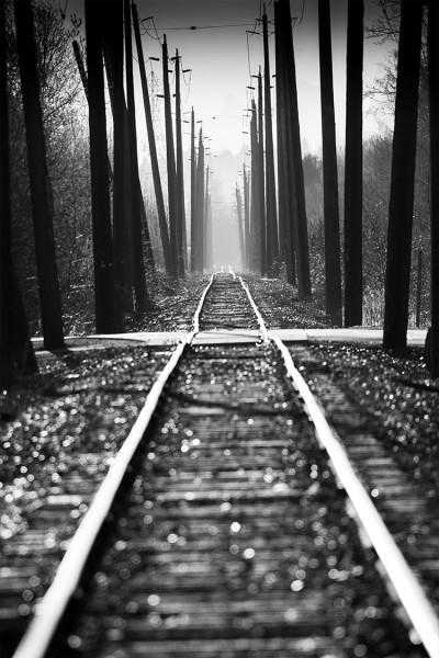 Γραμμές τρένου στο σκοτεινό ουρανό
