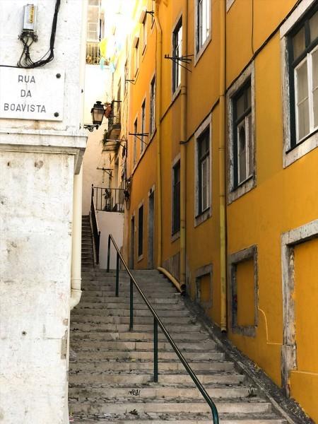 Κίτρινη πολυκατοικία στη Λισαβόνα, Πορτογαλία