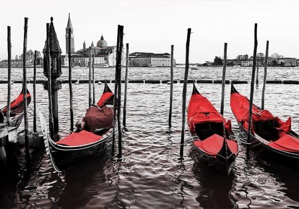 Κόκκινες γόνδολες στο λιμάνι της Βενετίας