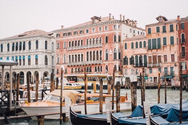 Κτήρια μπροστά στο κανάλι της Βενετίας