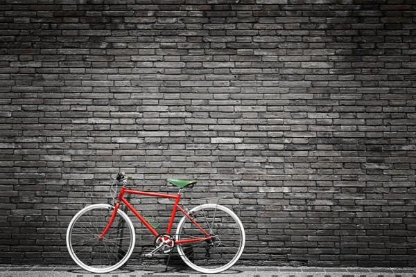 Ποδήλατο σε σκούρο τοίχο