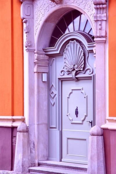 Μοβ πόρτα