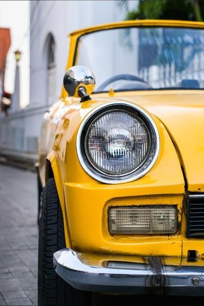 Κίτρινο ρετρό αμάξι