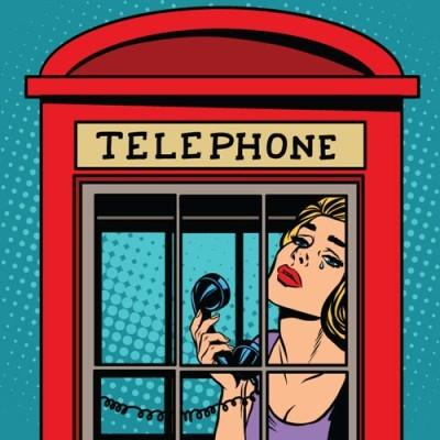Kορίτσι σε τηλεφωνικό θάλαμο