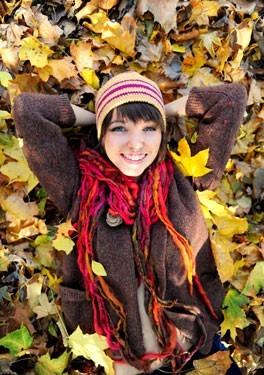 Κορίτσι σε φθινοπωρινό φόντο