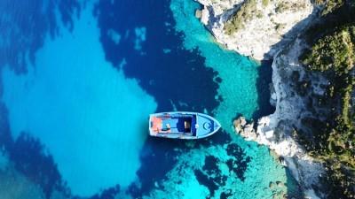 Γαλαζοπράσινη θάλασσα στο γραφικό ηφαιστειογενές νησί της Μήλου, Κυκλάδες, Ελλάδα, Image Gallery