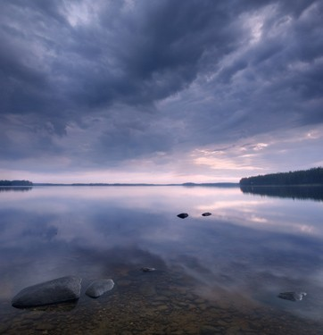 Λίμνη με συννεφιασμένο ουρανο