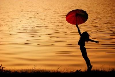 Σιλουέτα γυναίκας στο ηλιοβασίλεμα