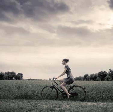 Κοπέλα οδηγεί ποδήλατο