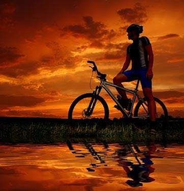 Ποδηλάτης στο ηλιοβασίλεμα