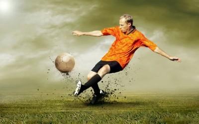 Σουτ του ποδοσφαιριστή στο γήπεδο