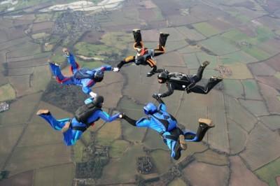 Πέντε αλεξιπτωτιστές σε ελεύθερη πτώση