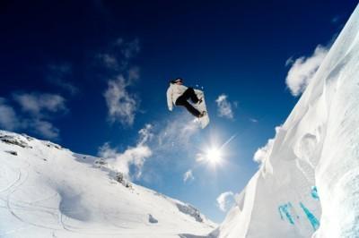 Snowboarder πηδάει στον αέρα
