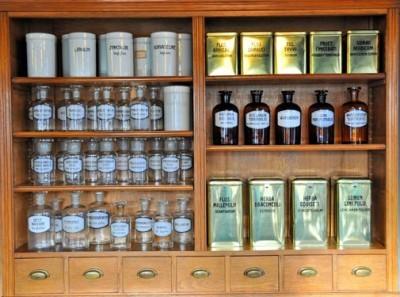 Μπουκαλάκια από άρωμα σε παλιό φαρμακείο