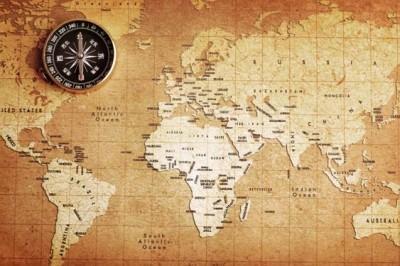 Πυξίδα πάνω σε χάρτη θησαυρού