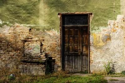 Παλιά πόρτα και παράθυρο σε τοίχο με τούβλα
